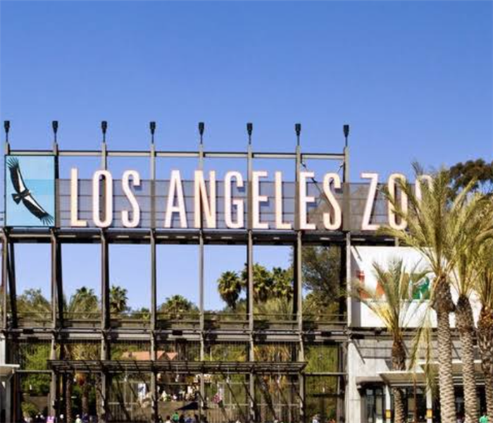 A big building with the words Los Angeles Zoo on it.